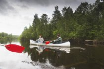 Women rowing on river in north of Sweden — Stock Photo