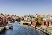 Vista panorâmica da aldeia de pescadores e canal na costa oeste sueca — Fotografia de Stock