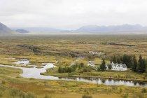 Vista panoramica delle colline ed edifici vicino al fiume — Foto stock