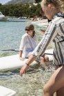 Dos chicas jóvenes y tablas de pádel, enfoque selectivo - foto de stock