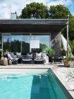 Maison moderne extérieure avec piscine — Photo de stock