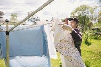 Jovem pendurado lavanderia, foco em primeiro plano — Fotografia de Stock