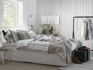 Белая современная спальня, интерьер дома — стоковое фото