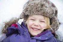 Ragazza felice che gioca nella neve, concentrazione selettiva — Foto stock