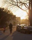 Городская жизнь на закате, избирательный фокус — стоковое фото