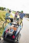 Сім'я Велоспорт в полі, зосередитися на передньому плані — стокове фото