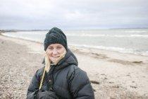 Verticale de femme sur la plage, foyer sur le premier plan — Photo de stock