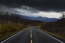 Route rurale sous les nuages orageux en Suède — Photo de stock