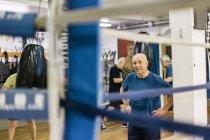 Старшеклассники на тренировках по боксу, избирательный фокус — стоковое фото