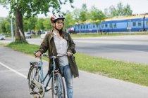 Жінка з велосипеда фотографіях хтось дивитися вбік, вибіркове фокус — стокове фото