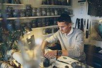 Человек делает бисером ювелирные изделия, избирательный фокус — стоковое фото