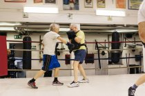 Бокс для мужчин старшего возраста, избирательный фокус — стоковое фото