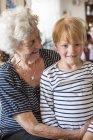 Бабушка с внуком улыбается, избирательный фокус — стоковое фото
