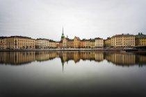 Blick über das Wasser zum historischen Gamla stan in Schweden — Stockfoto