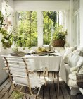 Vue de face de l'intérieur de la maison avec des plantes en pot — Photo de stock