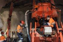 Mineurs travaillant sous terre, focalisation sélective — Photo de stock