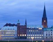 Außenseite beleuchteter Gebäude in Nordeuropa — Stockfoto