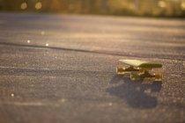 Крупный план скейтборда на дороге, дифференциальный фокус — стоковое фото