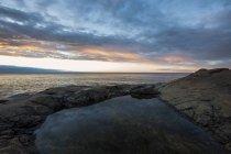 Vista panoramica della piscina rocciosa dal mare, scandinavia — Foto stock