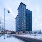Edificio per uffici contro cielo coperto al crepuscolo — Foto stock