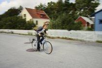 Jóvenes que conducen en bicicleta, enfoque selectivo - foto de stock