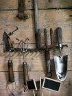 Крупным планом садовых инструментов на деревянном фоне — стоковое фото