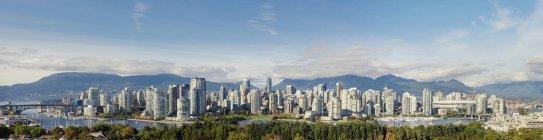 Міський пейзаж Ванкувера з пагорбів і пишна зелень в сонячному світлі — стокове фото
