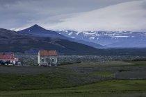 Village de montagne avec vieilles maisons et les sommets enneigés vue — Photo de stock