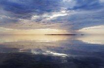 Vue panoramique sur la mer et les roches, mise au point sélective — Photo de stock
