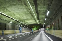 Túnel dentro na auto-estrada de Lanka Norra em Estocolmo, Suécia — Fotografia de Stock