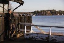 Мужчина, прислонившись забор и разговаривает по телефону — стоковое фото