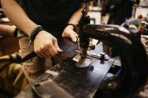 Vista cortada do couro sewing do homem — Fotografia de Stock