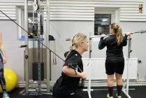 Молодые женщины тренируются в спортзале, избирательный фокус — стоковое фото