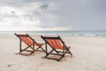Два стула на пляже в Ко Ланта, Таиланд — стоковое фото