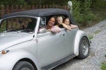 Madre e figli in auto, attenzione selettiva — Foto stock