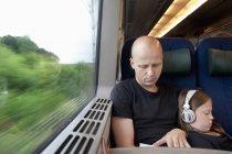 Homme et jeune fille assise sur le train, prime focus — Photo de stock