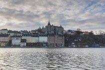 Будинки через воду в Стокгольмі, Швеція — стокове фото