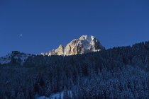 Живописный вид лыжного маршрута Селла Ронда в сумерках — стоковое фото
