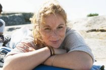 Портрет молодої жінки, яка дивиться на камеру — стокове фото