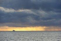 Grand navire de transport en pleine mer, ciel spectaculaire — Photo de stock