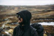Portrait de sac à dos en veste à capuche, mise au point sélective — Photo de stock