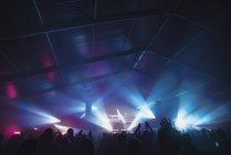 Підбадьорюючи аудиторію на фестивалі літніх звуків — стокове фото