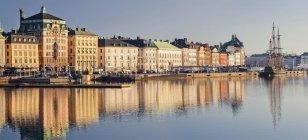 Стокгольм місто будівель, що відображають у воді — стокове фото