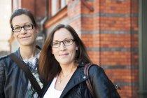 Две женщины идут по улице и смотрят в камеру — стоковое фото