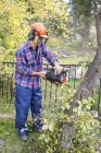 Человек рубит деревья, фокусируется на переднем плане — стоковое фото