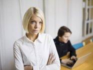 Portrait de femme, homme, utilisant l'ordinateur portable en arrière-plan — Photo de stock