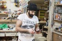 Carpinteiro usando celular, foco seletivo — Fotografia de Stock