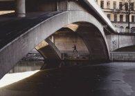Особа, яка ходить під мостом взимку в Стокгольмі, Швеція — стокове фото
