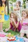 Дети на праздничном пикнике, сосредоточьтесь на переднем плане — стоковое фото