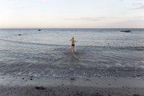 Задній погляд дівчини в бікіні вдодаванні в море в Орнахузен, Швеція — стокове фото